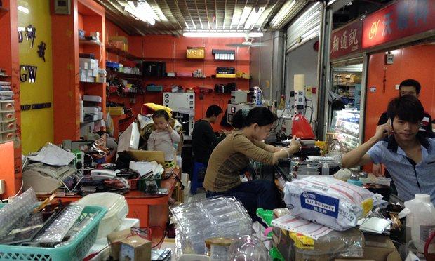 Мастерская по сборке электроники в одном из торговых центров Шэнчьжэня