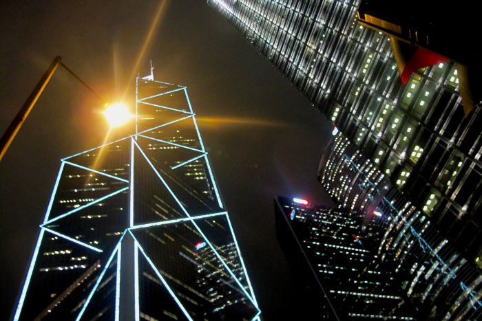 Башня Банка Китая (слева) не соответствует канонам фэн-шуй. Фото: saporedicina.com