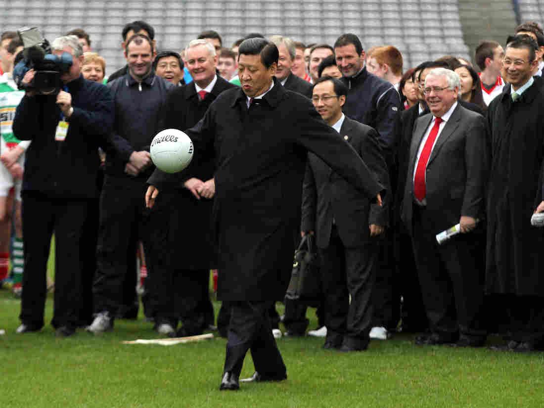 Си Цзиньпин известен как большой поклонник футбола. Фото: Peter Muhly/AFP/Getty Images