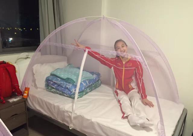 Китайская гимнастка под защитной сеткой. Фото: news.twoeggz.com