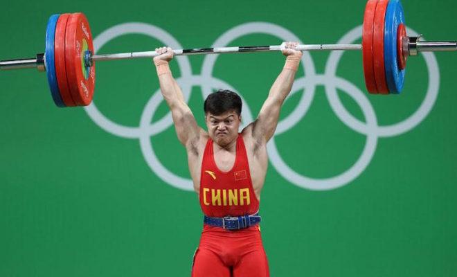 Китайский атлет Лун Цинцюань стал всеобщим фаворитом после того, как установил мировой рекорд по сумме упражнений - 307 кг. Фото: Getty