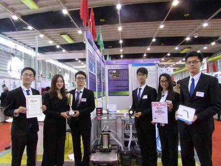 Группа разработчиков демонстрирует свой «воздушный рукомойник» на 44-й Всемирной выставке технического творчества в Женеве. Апрель 2015 г.