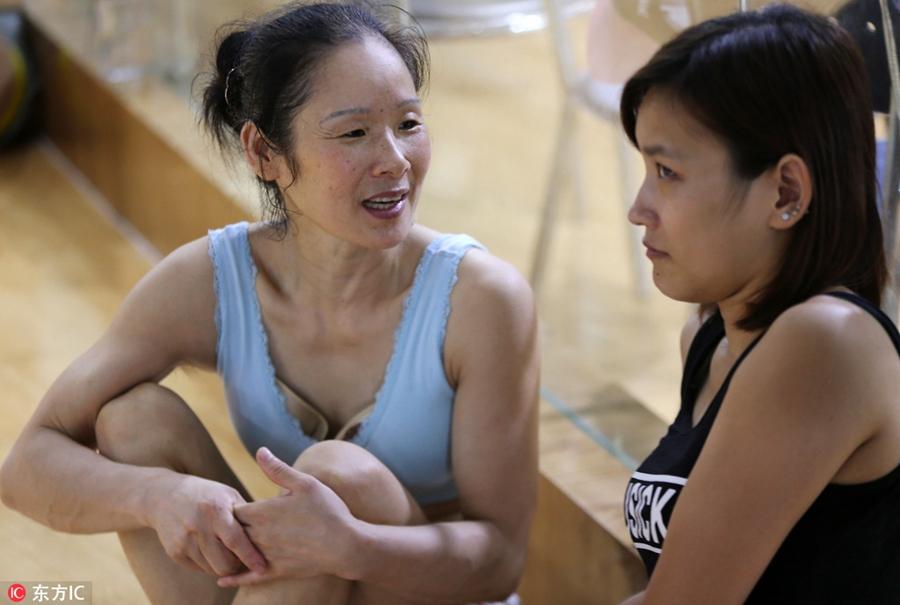 Чзан убеждает 20-летнюю девушку продолжать занятия.