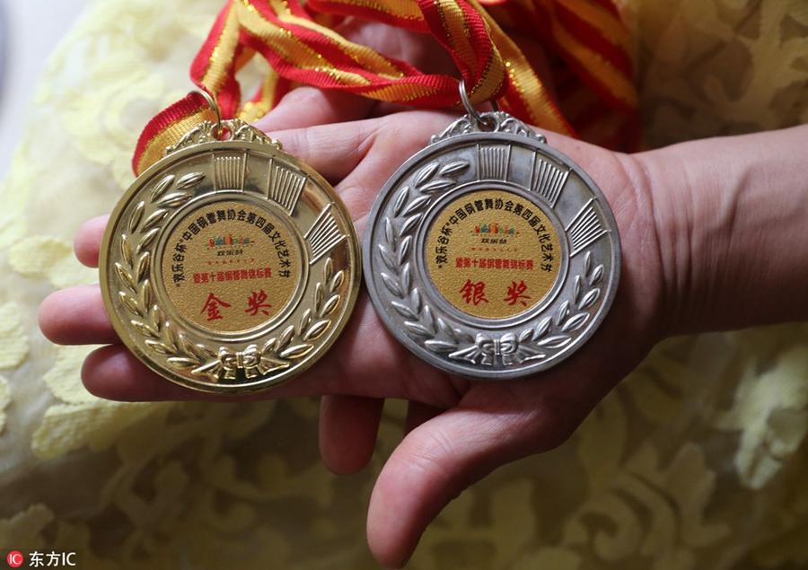 Ее медали, завоеванные в Пекине.