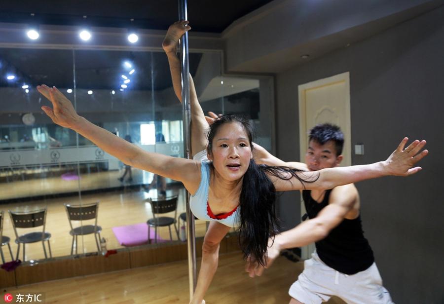 Чжэнчжоу, столица провинции Хэнань. Чзан Цзинь занимается танцем у шеста. Фото Chinadaily.com