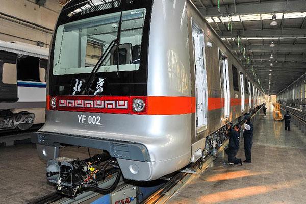 Чаньчунь (столица провинции Цзилинь). Сотрудники компании CRRC Changchun Railway Vehicles Co. испытывают метропоезд, предназначенный для эксплуатации на линии «Янфан» пекинского метро.Фото: «Синьхуа»
