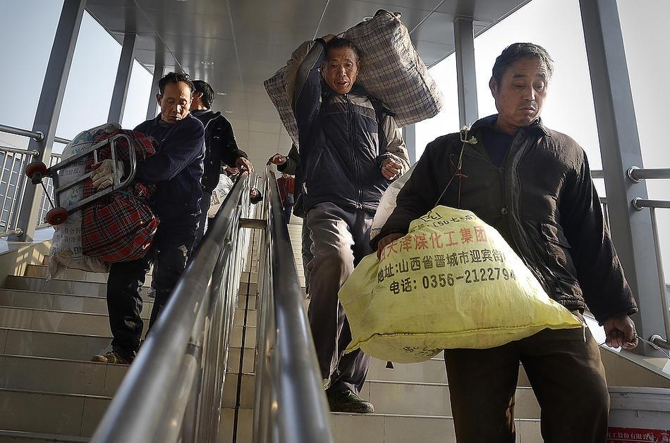 Трудовые мигранты прилетели в Пекин. Фото: wsj.com