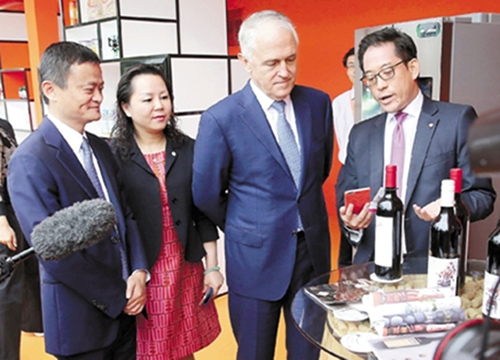 Премьер-министр Австралии Малькольм Тернбелл осматривает «умный дом». Фото en.people.cn