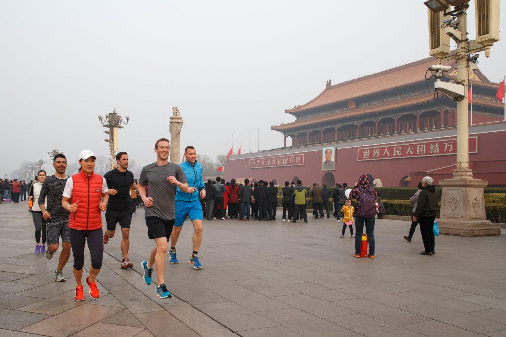 Фото Цукерберга, бегущего трусцой по площади Тяньаньмэнь, наделало много шума в Интернете