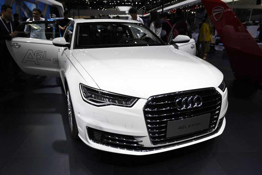 Посетители рассматривают Audi A6L на 14-м Пекинском международном автосалоне Auto China 2016, 25 апреля 2016 года