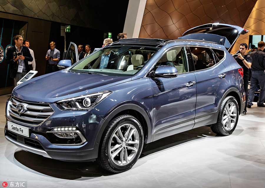 Hyundai Santa Fe вызвал интерес журналистов на автосалоне во Франкфурте, 15 сентября 2015 года