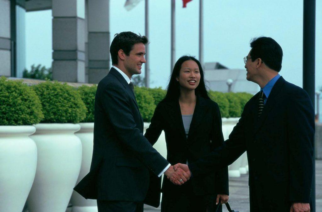 Китайские бизнесмены всегда улыбаются, но это не значит, что у вас все хорошо. Источник: holtandsons.wordpress.com