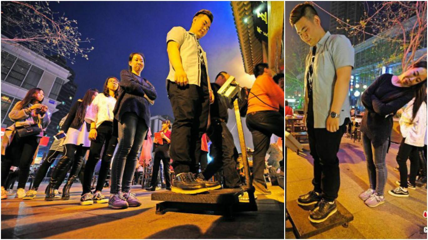 Посетители взвешиваются перед входом в закусочную в Тяньцзине. Фото via NetEase