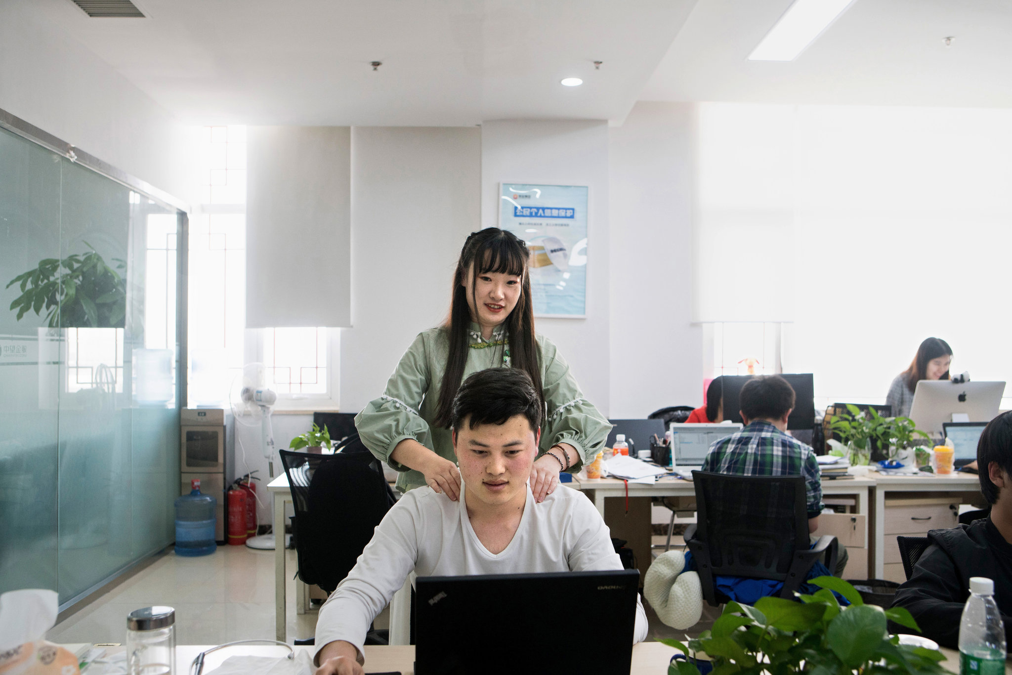 Китайскому стартапу требуется «привлекательная женщина для снятия стресса кодеров»